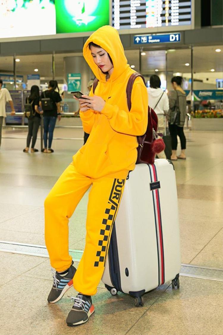 Thời trang sân bay của Quỳnh Châu cũng rất độc đáo. Trong chuyến đi sang Nhật Bản vào hồi tháng 9, Quỳnh Châu diện bộ quần áo thể thao đơn giản nhưng lại có màu vàng cực nổi bật.