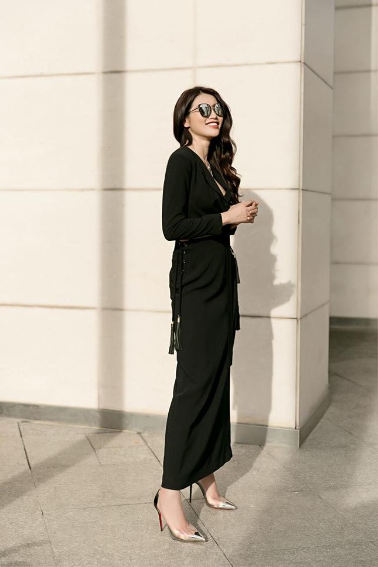 Phong cách street style của Châu cực biến hóa. Có khi cô nàng diện một chiếc váy đen thướt tha cùng đôi giầy cao gót trong suốt…