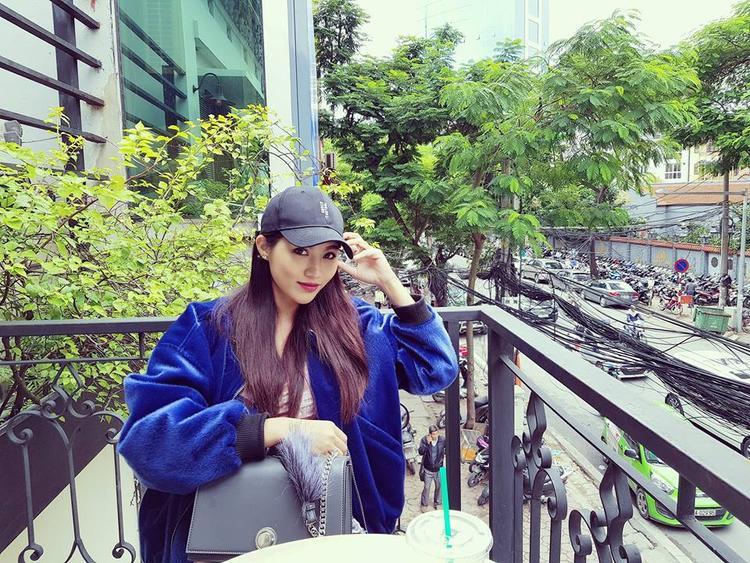 Với tiết trời lạnh như Hà Nội, rất dễ để Châu mặc đẹp. Cô chọn bomber xanh nổi bật và mũ lưỡi trai cực cá tính.