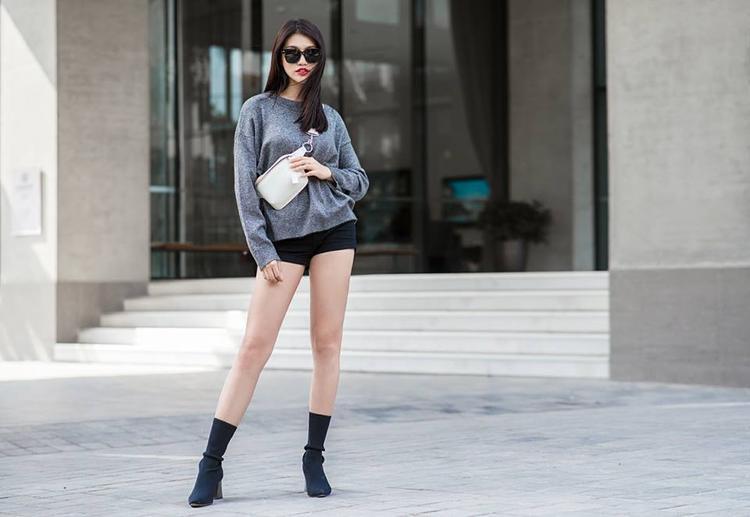 Châu khoe chân dài miên man với bộ chiếc quần short siêu ngắn và áo len mỏng basic. Đôi sock boot cũng là một item rất hot được nhiều sao đang dùng hiện nay.