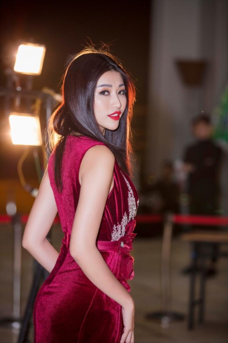 Quỳnh Châu cũng chọn kiểu tóc ép thẳng đơn giản nhưng rất hợp với bộ đầm vừa sang vừa quyến rũ này.
