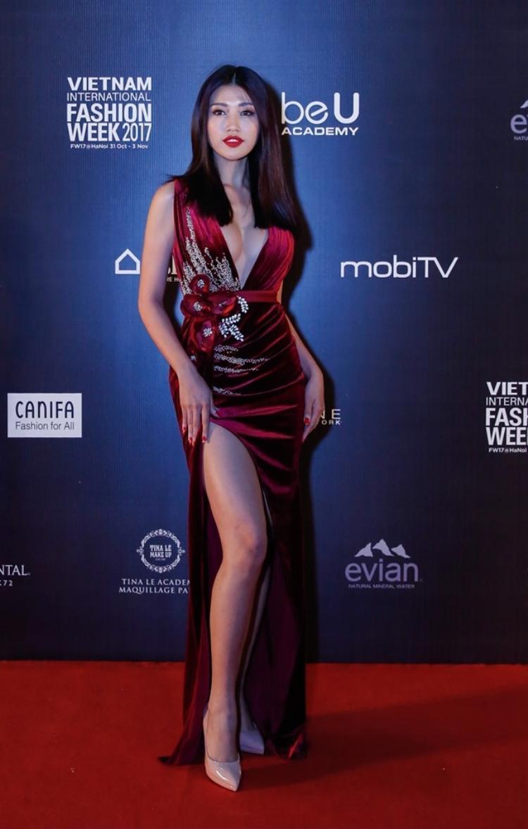 Tại một sự kiện hồi đầu tháng 11, Quỳnh Châu chiếm spotlight áp đảo khi diện chiếc váy xẻ táo bạo khoe trọn những đường cong tuyệt đẹp của cơ thể.
