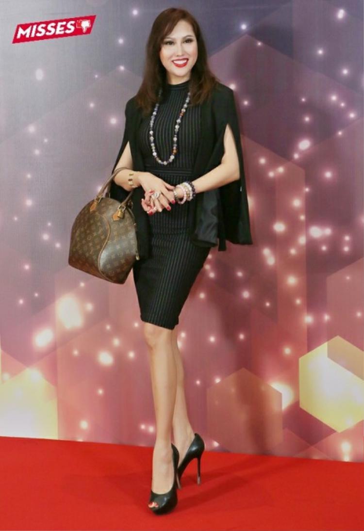 Bộ trang phục váy công sở kèm áo của Phi Thanh Vân cũng bị cho là không phù hợp với thảm đỏ event. Bên cạnh đó, kiểu tóc xõa xượi, phụ kiện vòng cổ, vòng tay hạt đá nhiều màu lỗi thời cũng khiến cựu người mẫu bất đắc dĩ lọt vào top sao xấu tháng vừa qua.