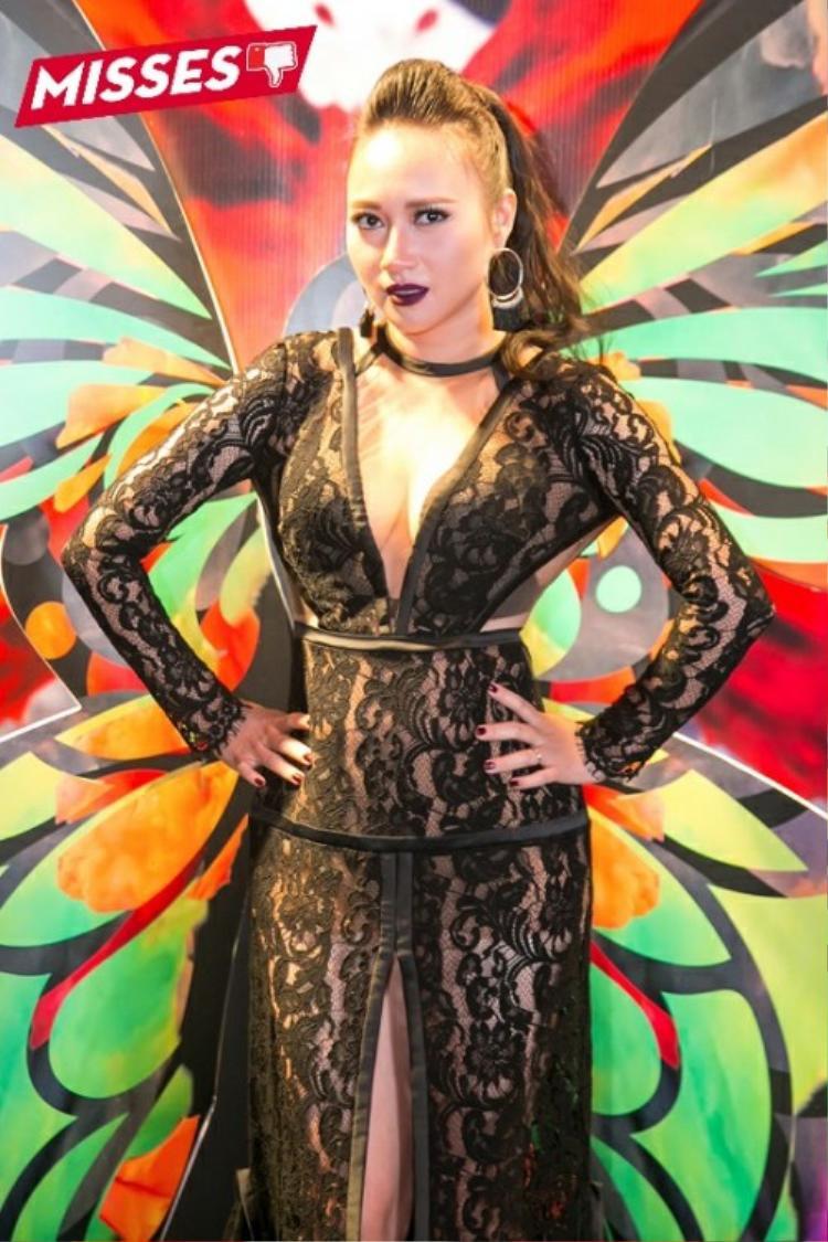 """Nữ ca sĩ gốc Hà Nội Khánh Linh lại """"mắc lỗi"""" khi chọn bộ cánh chất liệu ren xuyên thấu có phần xẻ quá cao. Kiểu dáng ôm sát cùng cách thiết kế cắt xẻ kém tinh tế khiến giọng ca """"Giấc mơ trưa"""" trở nên mất điểm trong mắt khán giả."""