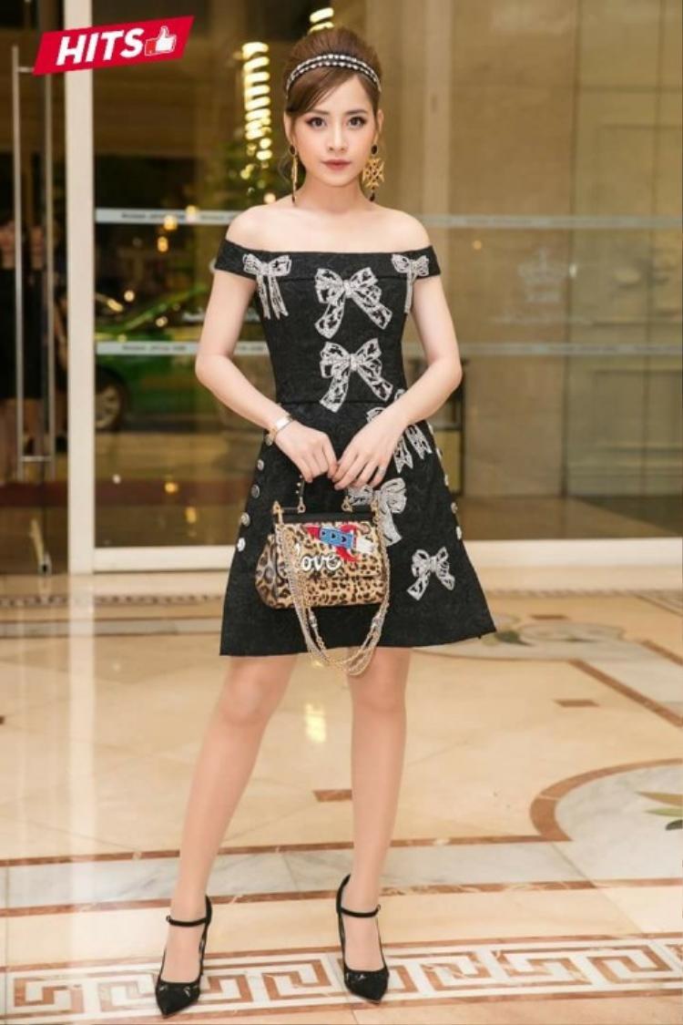 Chi Pu cũng lọt vào danh sách top 7 trang phục đẹp của tháng với outfit đến từ thương hiệu D&G danh tiếng. Chỉ riêng bộ váy đã có giá trị hơn 115 triệu đồng.
