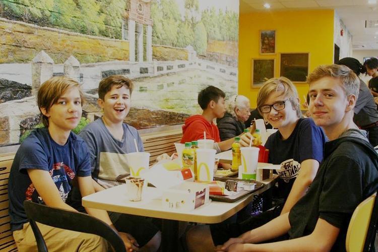 Max, 14 tuổi đến cửa hàng MCDonald's cùng 3 người bạn từ 8h nhưng phải đến 9h mới nhận được suất ăn.Từng thưởng thức đồ ăn ở các cửa hàng McDonald's ở nhiều nơi trên thế giới, Max cho hay, hương vị đồ ăn nhanh của hãng ở Hà Nội cũng thơm ngon như ở các nơi khác