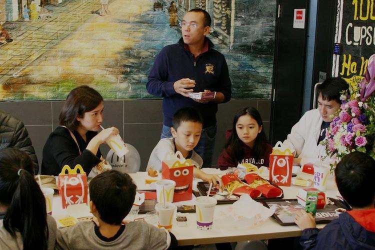 Cả gia đình cùng đến McDonald's thưởng thức đồ ăn nhanh.