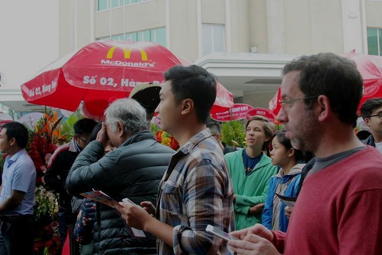 Trong khi bên ngoài vẫn còn rất đông người đứng chờ.
