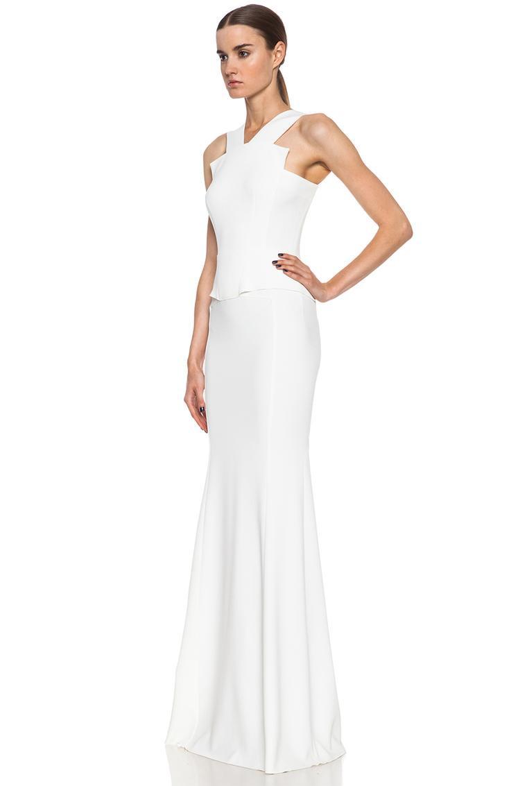 Các đường cắt tinh xảo, cùng kỹ thuật may cao cấp là thế mạnh của anh. Nếu muốn tìm kiếm một bộ váy cưới đơn giản, thanh lịch, vị hôn phu của hoàng tử Harry có thể đặt trọn tin tưởng vào NTK người Pháp này.