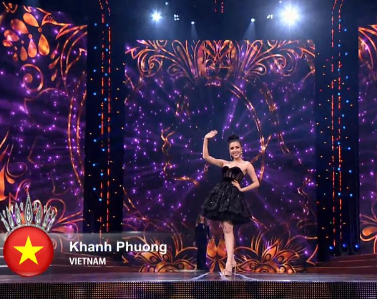 Đại diện Việt Nam tự tin trình diễn trang phục dạ hội.