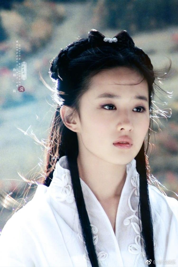 Lưu Diệc Phi được nhiều khán giả biết đến với danh hiệu Thần tiên tỷ tỷ từ vai diễn Tiểu Long Nữ trong bộ phim Thần điêu đại hiệp