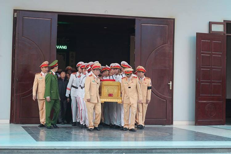 Đúng 9h30, linh cữu của Trung tá Trần Văn Vang được đưa về an táng tại nghĩa trang quê nhà xã Tân Thành (Kim Sơn, Ninh Bình).