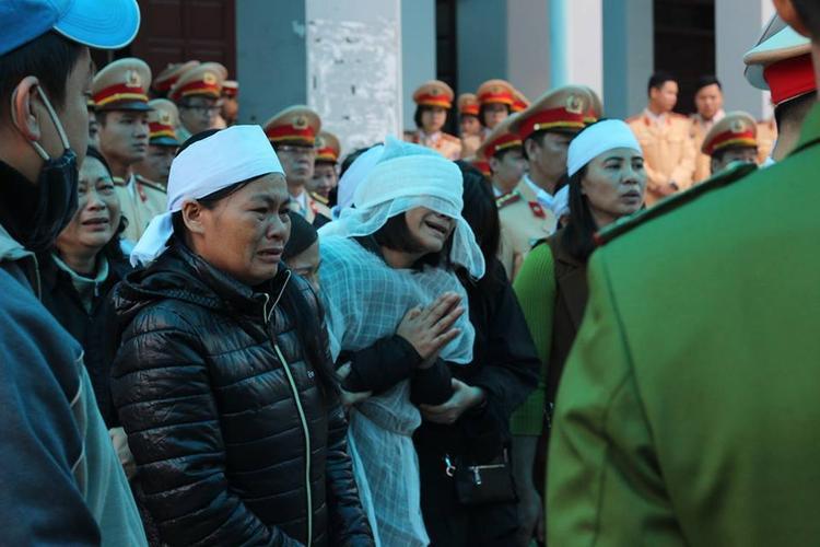 Vợ của Trung tá Trần Văn Vang khóc ngất trong tang lễ chồng.