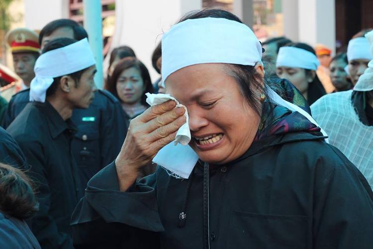 Sáng 2/12, tại Nhà tang lễ Bệnh viện 19-8 (Bộ Công an) tang lễ cho Trung tá CSGT Trần Văn Vang (SN 1975, Đội CSGT số 2, Phòng 10, Cục CSGT, Bộ Công an) trong lúc làm nhiệm vụ tuần tra, kiểm soát bị xe máy tông tử vong đã diễn ra. Ảnh: Giọt nước mắt đau xót. Chẳng còn nỗi đau nào hơn nỗi đau người đầu bạc tiễn kẻ đầu xanh.