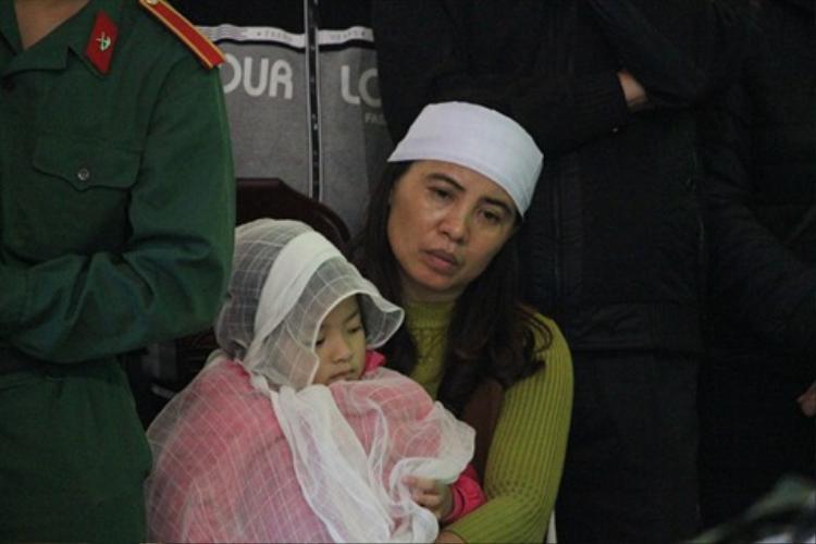 Cô con gái 4 tuổi của anh Vang còn quá nhỏ để hiểu được nỗi đau mất cha.