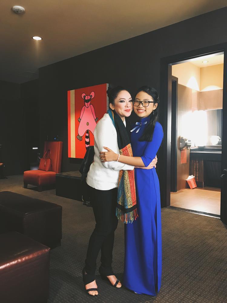 Phương Mỹ Chi hạnh phúc bên thần tượng - nữ ca sĩ Như Quỳnh.
