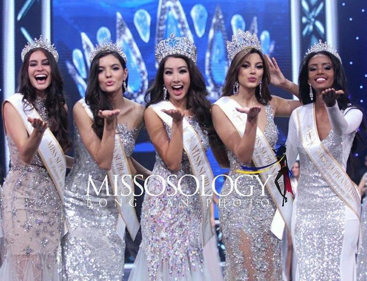 Đương kim Hoa hậu hoàn toàn lép vế khi đứng cạnh các Á hậu, đặt biệt là Á hậu 1 người Colombia (thứ 2 từ phải sang).