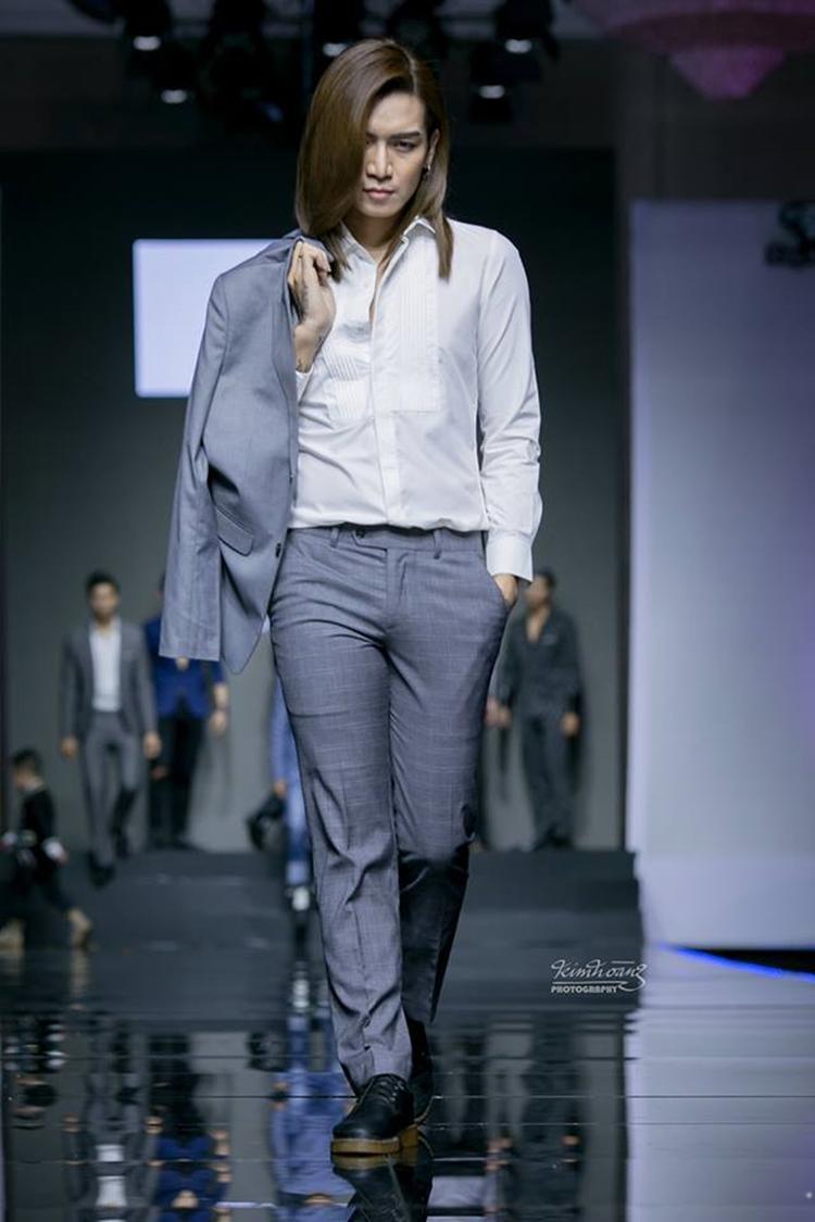 Tối 1/11, BB Trần tham gia trình diễn show thời trang định kỳ Phong cách & Cuộc sống tại TP.HCM. Mặc dù không phải là người mẫu chuyên nghiệp, song anh vẫn được nhà thiết kế tin tưởng, giao giữ vị trí mở màn, chốt màn show thời trang dành cho phái mạnh.