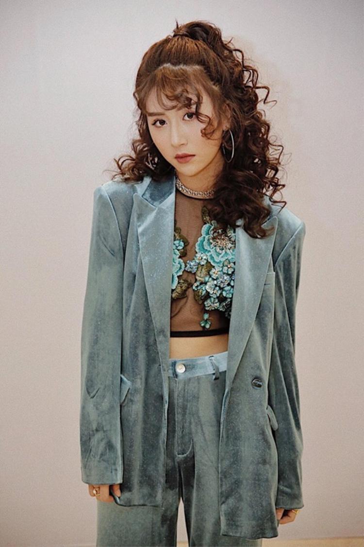 """Là một trong những hot girl có sự cập nhật, thay đổi liên tục về kiểu tóc, Quỳnh Anh Shyn không ngần ngại thử nghiệm mái tóc uốn xoăn tít theo phong cách """"bà thím Hàn Quốc"""" này."""