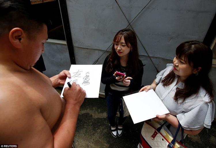 """Đối với phụ nữ Nhật, được """"nâng khăn sửa túi"""" cho những đấu sĩ sumo thực sự là một niềm mơ ước."""