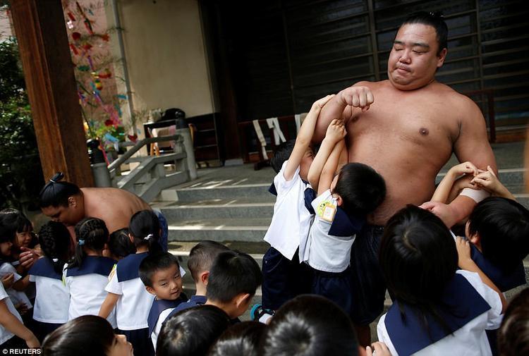 Tuy nhiên, những em bé lớn hơn thì dường như lại rất thích thú khi được cùng chơi đùa với đô vật sumo.