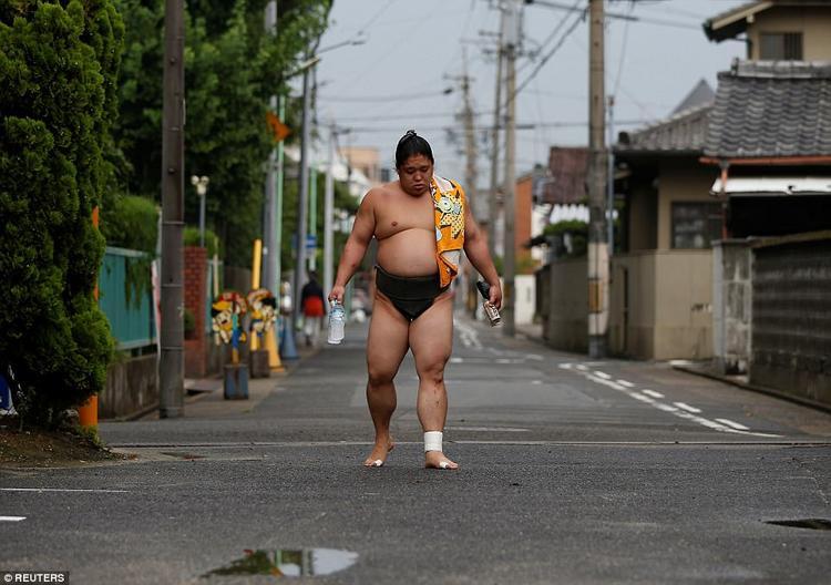 Một đấu sĩ trên đường quay trở lại lò luyện tập.