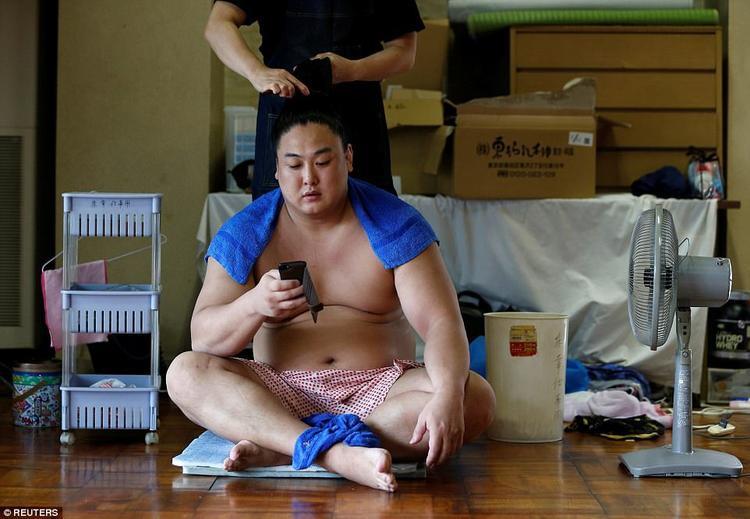 Ngày nay, có rất nhiều sumo mang quốc tịch nước ngoài. Nhiều người cho biết điều khó khăn nhất với họ chính là sự khác biệt về ngôn ngữ.