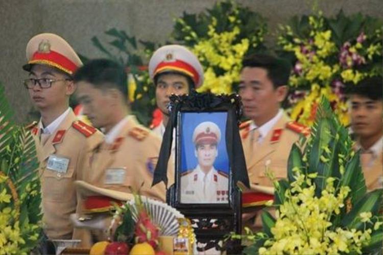 Nhiều đồng nghiệp nghẹn ngào trước sự hi sinh của Trung tá Trần Văn Vang.