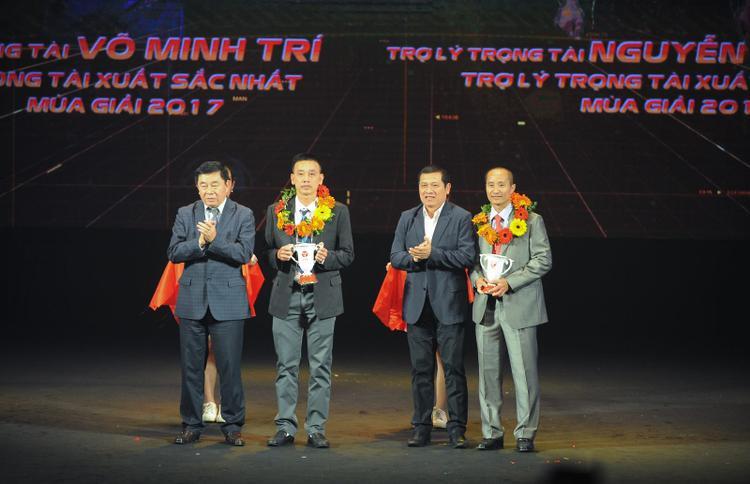 Trọng tài Võ Minh Trí được nhận danh hiệu Trọng tài xuất sắc nhất.