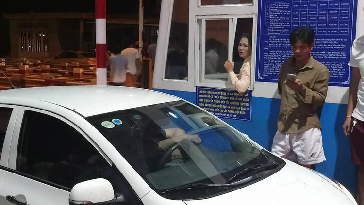 Nữ nhân viên trạm thu phí vẻ mặt mệt mỏi.