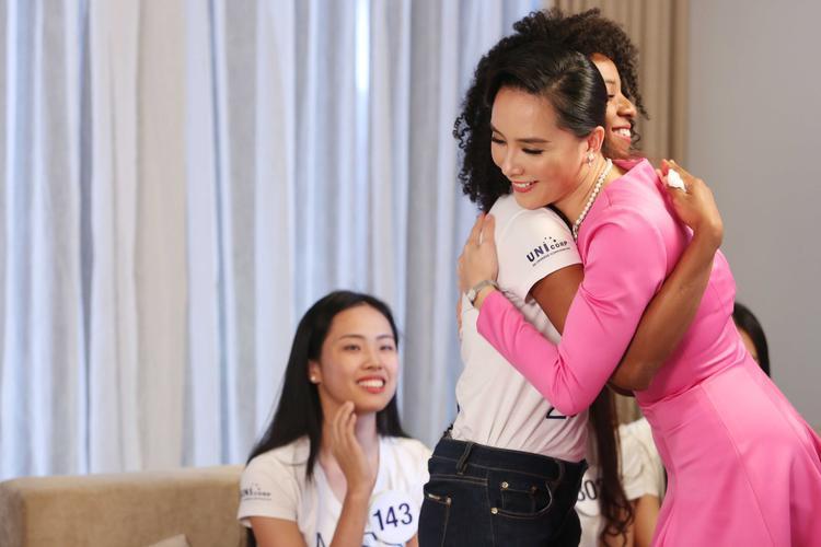 Dương Trương Thiên Lý thật sự xúc động trước câu chuyện của người đẹp gốc Cameroon.