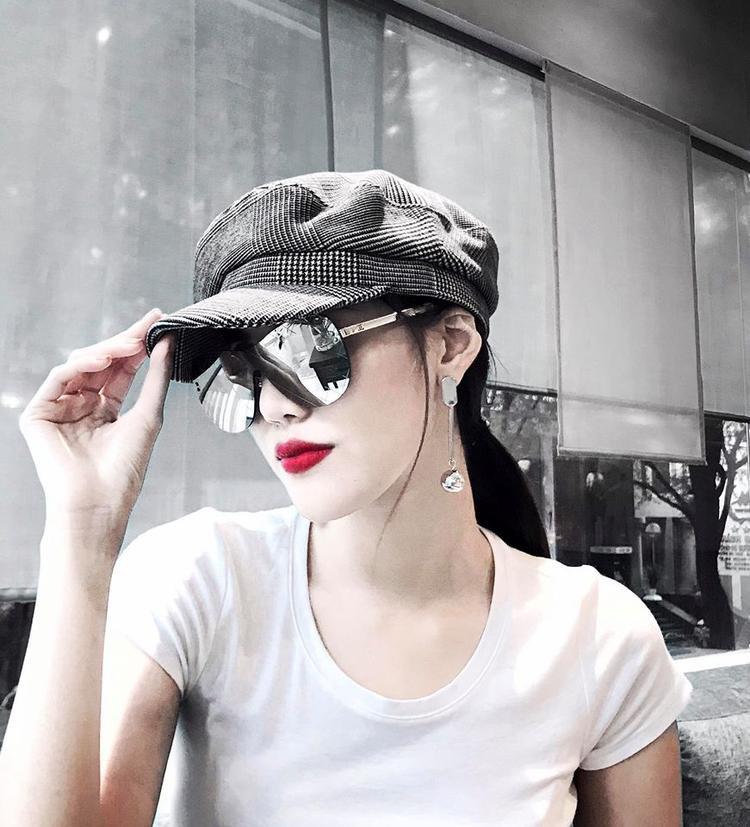 Chiếc kính to bản che gần hết khuôn mặt rất được lòng người đẹp. Cô còn đội thêm chiếc mũ baker boy cho thêm phần cá tính.