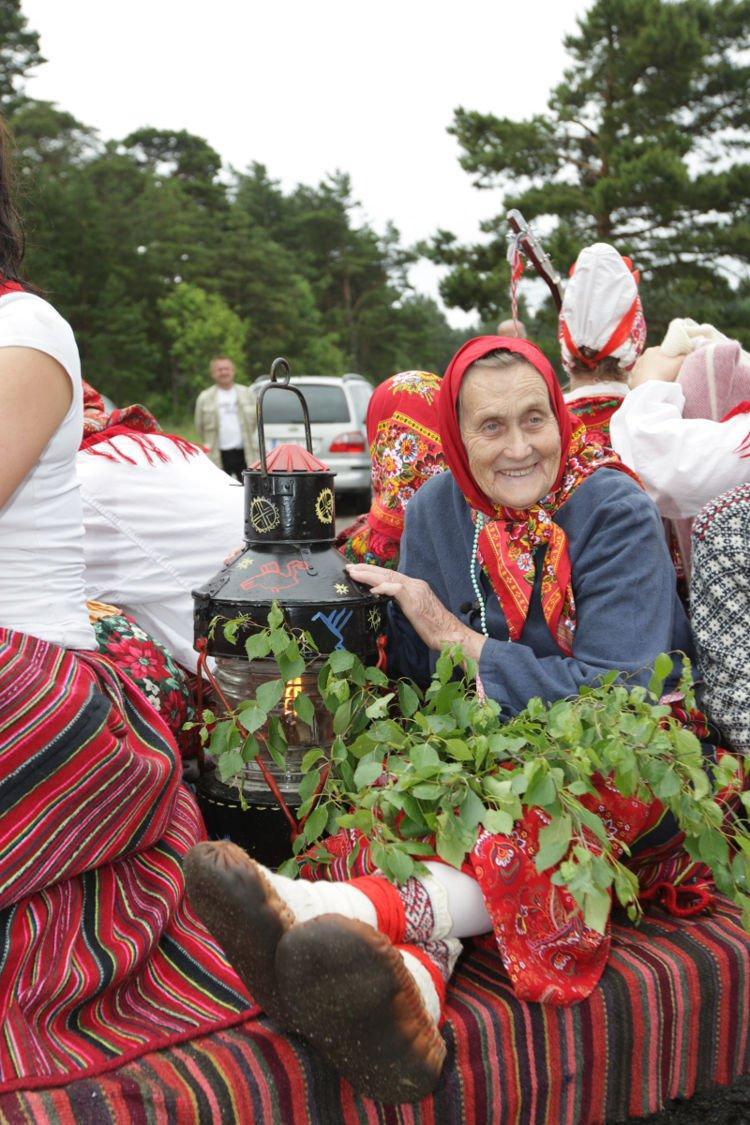 Người dân trên đảo hàng ngày vẫn khoác lên mình những trang phục truyền thống.