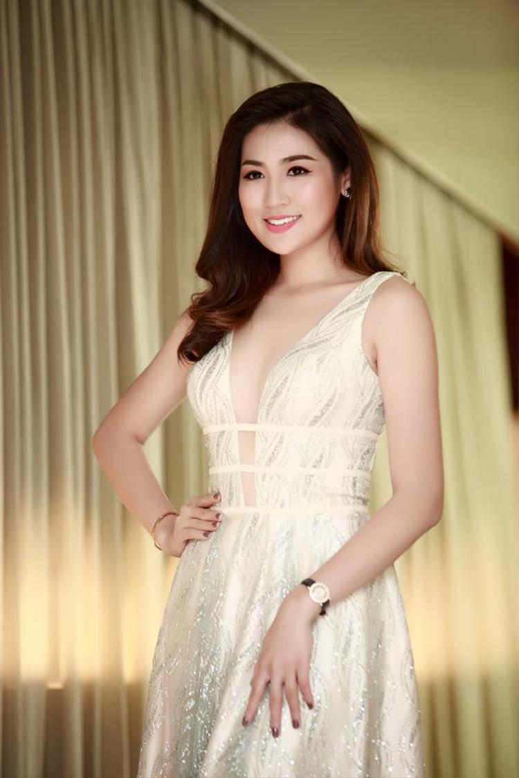 Nhờ vóc dáng hoàn hảo Á hậu Việt Nam 2012 thường xuyên xuất hiện quyến rũ trong những váy áo xẻ ngực. Thế nhưng những thiết kế đa phần đều có một lớp voan mỏng để đảm bảo độ an toàn tuyệt đối. Nhờ vậy cô luôn ghi điểm trước ống kính.