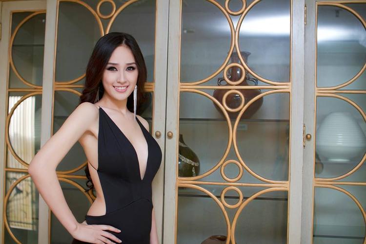 """Mai Phương Thúy dường như khoe da thịt quá đà trong thiết kế hở bạo. Vùng ngực quá cỡ trong khi đó thiết kế dường như không có độ an toàn khiến người đối diện phải lo sợ vì sự cố sẽ đến bất cứ lúc nào. Hoa hậu Việt Nam 2006 là một trong những người đẹp có phong cách ăn mặc hở bạo khiến không ít người phải """"nhức mắt""""."""