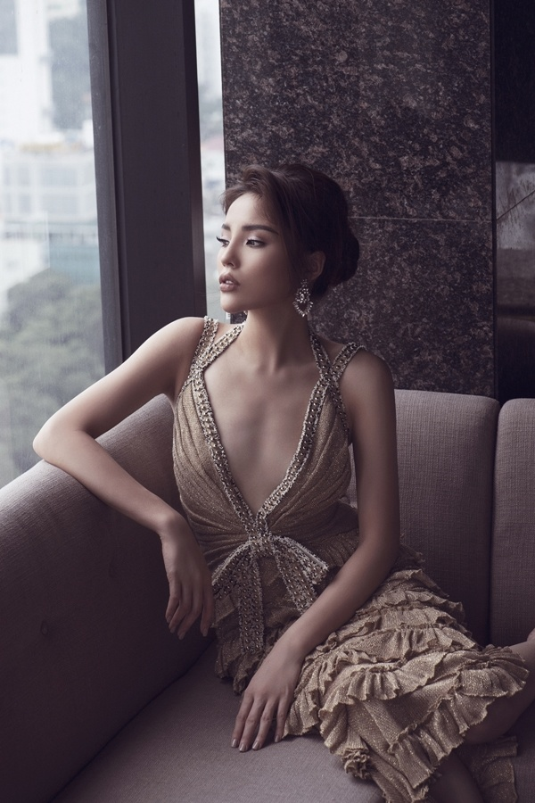 Hoa hậu Kỳ Duyên là người đẹp đầu tiên nằm trong danh sách này, cô có gout thời trang khá thất thường, khó đoán. Thiết kế xẻ ngực sâu tận rốn đã vô tình dìm hàng HLV The Look. Thềm ngực trơ xương, gồ ghề khiến cô mất điểm.