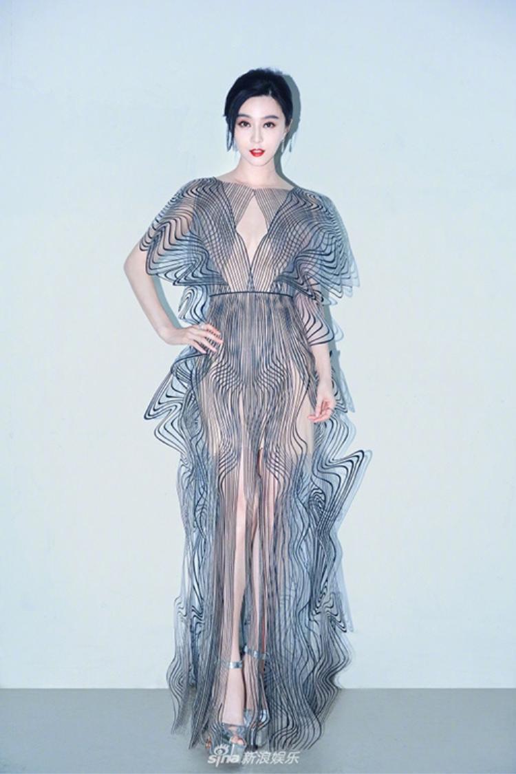 Phạm Băng Băng dự sự kiện do một thương hiệu tổ chức tối 2/12. Nữ diễn viên xinh đẹp chọn thiết kế xuyên thấu gợi cảm, giúp cô khoe trọn vóc dáng và làn da mượt như sứ.