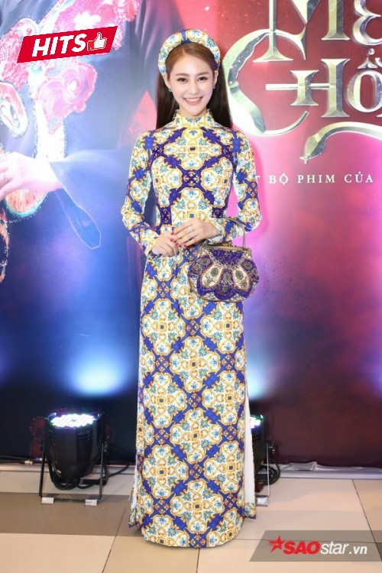 Nền nã, dịu dàng là những gì người đối diện nhìn nhận về chiếc áo dài của nữ diễn viên Linh Chi. Người đẹp còn khéo léo hoàn thiện tổng thể bằng chiếc clutch được đính kết họa tiết cùng tông và phụ kiện mấn đội đầu.