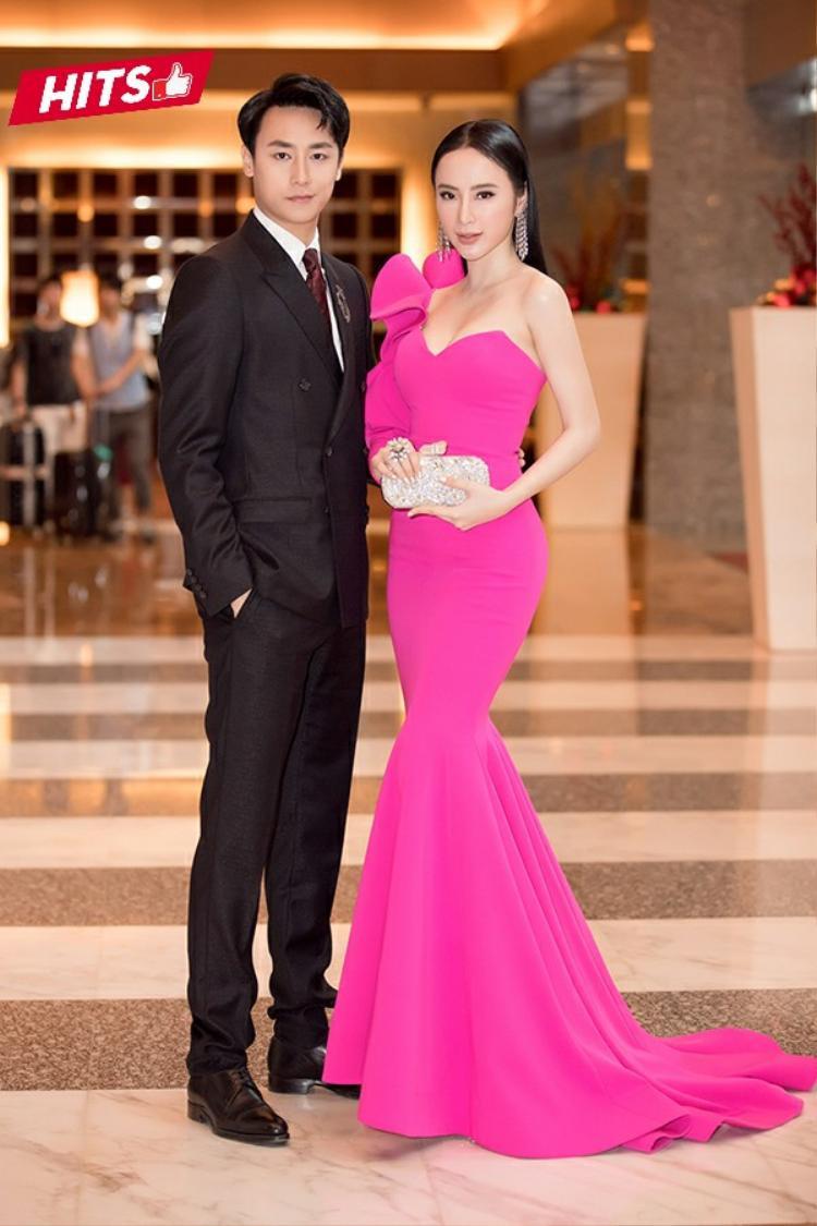 Trong khi Rocker Nguyễn lịch lãm với suits đen thì Angela Phương Trinh lại khiến người đối diện không khỏi rời mắt với chiếc váy đuôi cá gam màu hồng neon nổi bật của NTK Công Trí. Nữ diễn viên phối cùng phụ kiện hoa tai bản to, clutch lấp lánh để tăng điểm sang trọng.