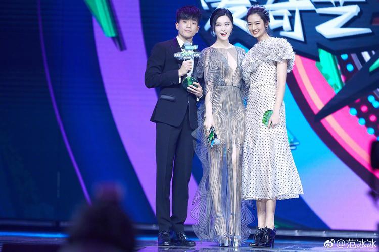 Hai 'thiên tài' Lynn-Bank vinh dự được thần tượng Phạm Gia trao ngay giải thưởng danh giá.