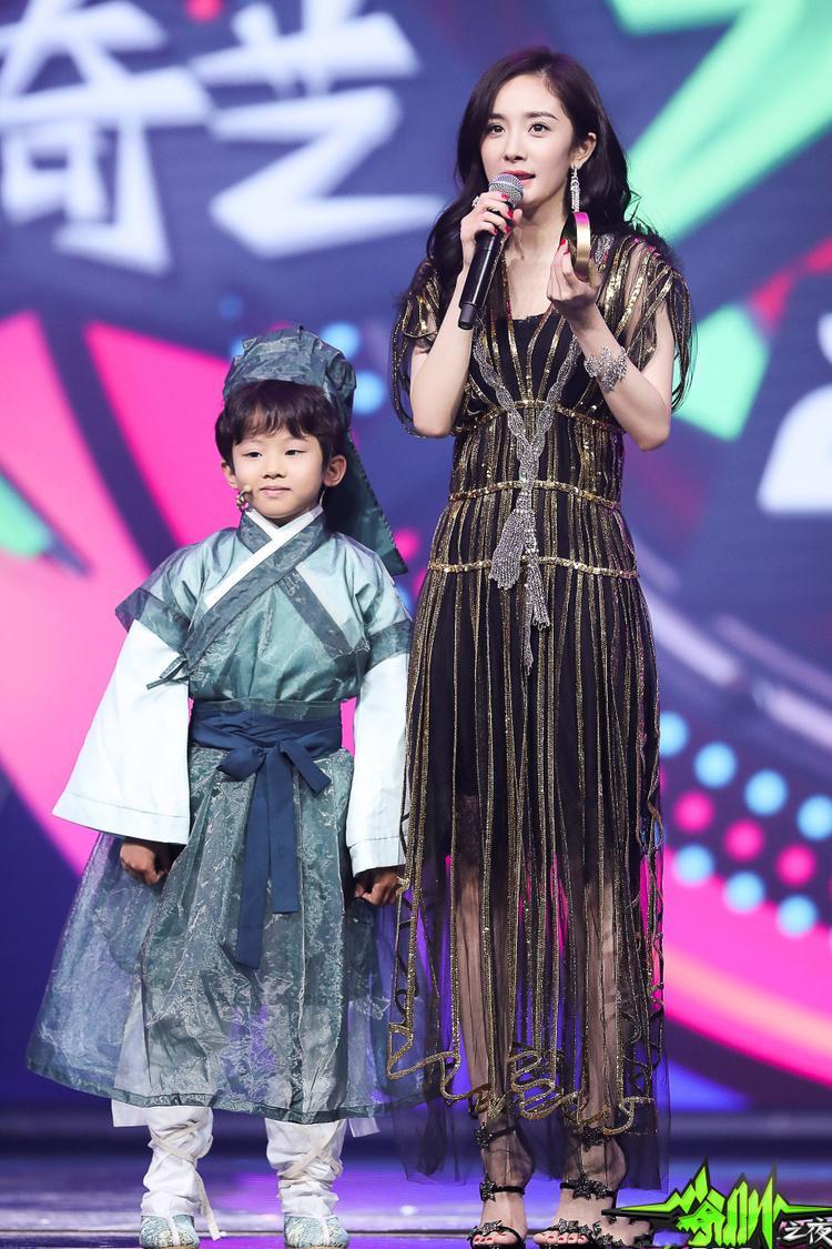 Dương Mịch được bảo bối cục bột nhỏ trao giải 'Nữ nghệ sĩ phim truyền hình của năm'