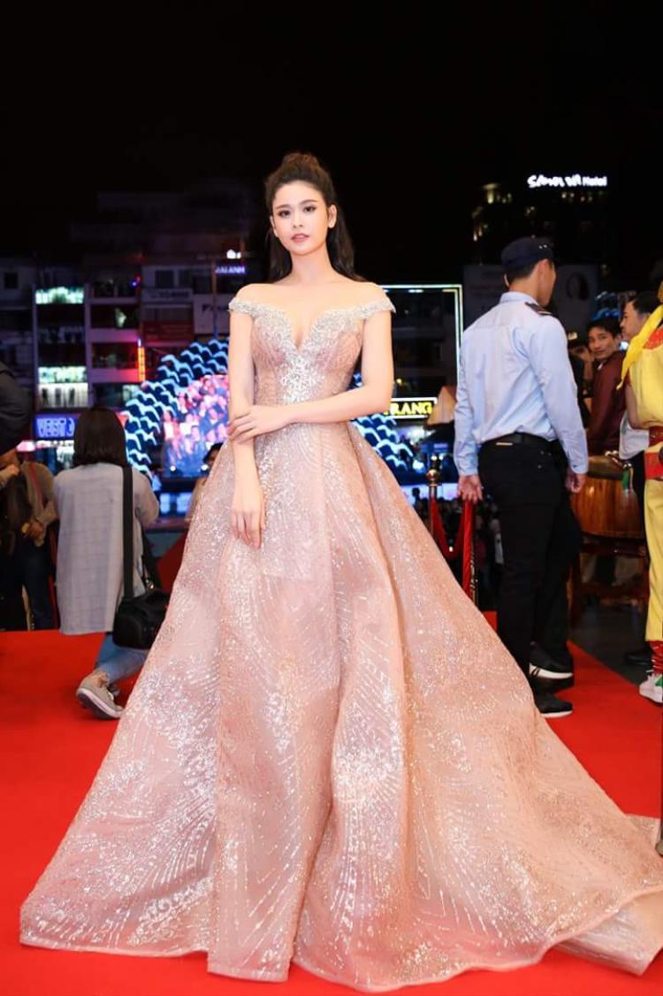 Nữ diễn viên, ca sĩ ưa chuộng những bộ váy với gam màu nhã nhặn, nhẹ nhàng như kem, trắng, beige nhằm tôn lên làn da trắng sứ.