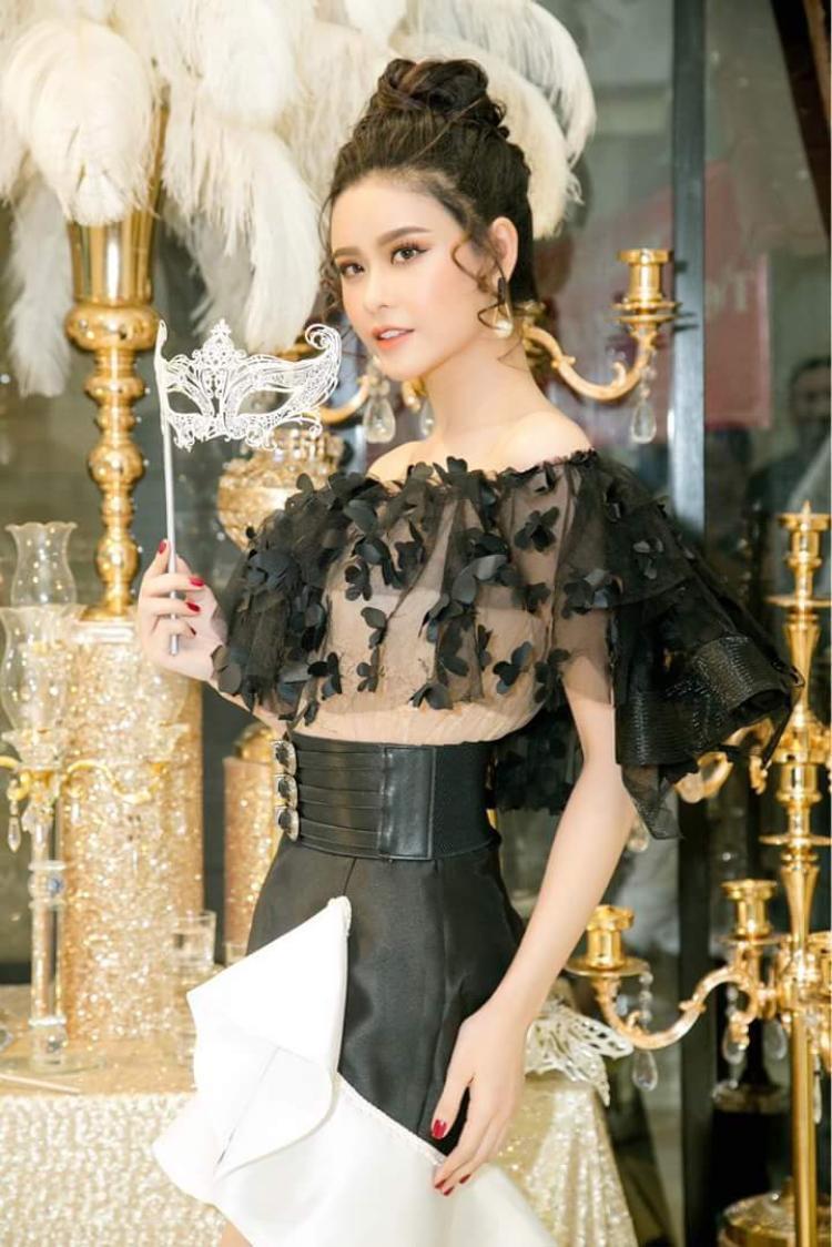 """Hoặc váy ngắn phối cùng áo kiểu, tuy nhiên, vẫn phải mang phong cách nhẹ nhàng, đính kết hoa bướm mới có thể """"lọt vào mắt xanh"""" Trương Quỳnh Anh."""