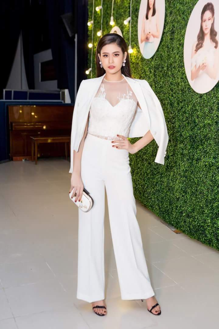Dù diện vest, Quỳnh Anh vẫn hết mực ngọt ngào, nữ tính khi lựa chọn tông màu trắng cùng cách phối với áo voan ren hoa.