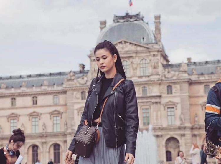 Áo khoác da cá tính cùng chân váy dập pli thời thượng. Bộ trang phục mang đến cái nhìn đẳng cấp cho nữ ca sĩ sinh năm 1989.