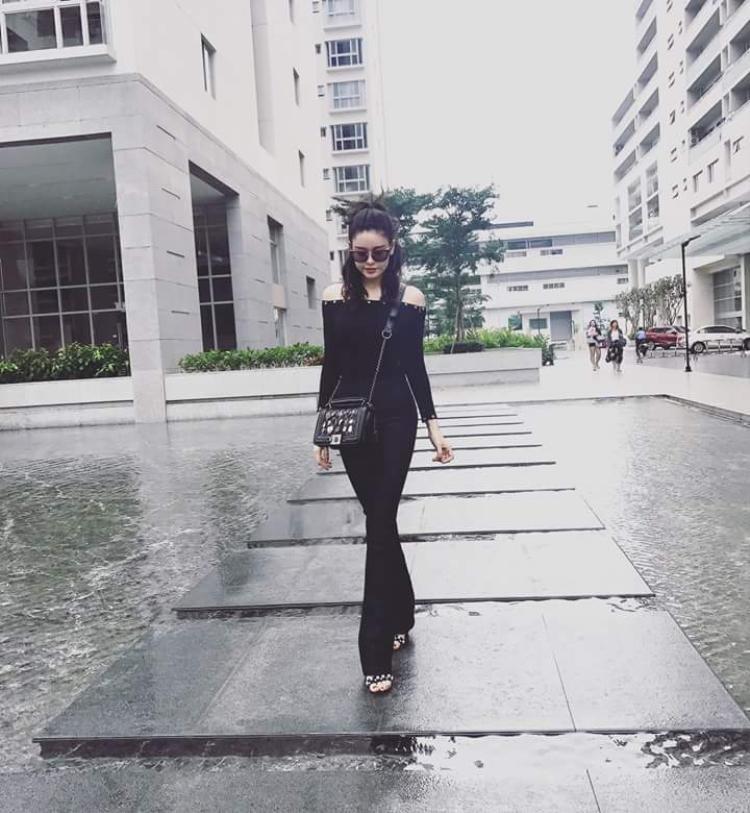 Nếu trên thảm đỏ Trương Quỳnh Anh yêu thích những chiếc váy lộng lẫy với gam màu sáng nhã nhặn. Thì ngoài đời, tông màu đen mới là sắc màu được ưa chuộng của nữ diễn viên.