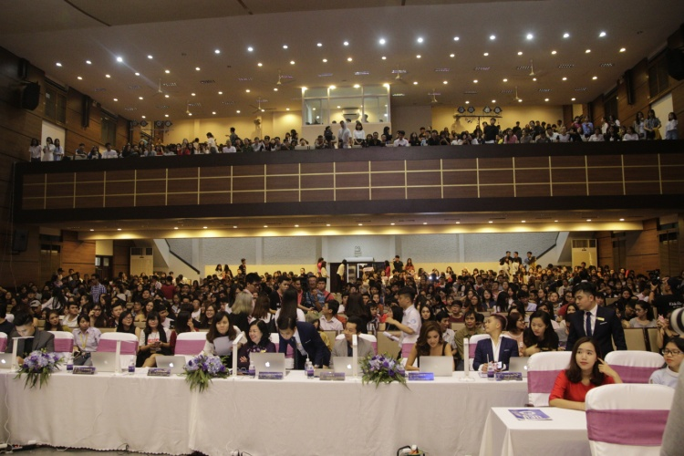 Hội trường đông đúc từ rất sớm tại cở sở A ĐH Kinh tế TPHCM.