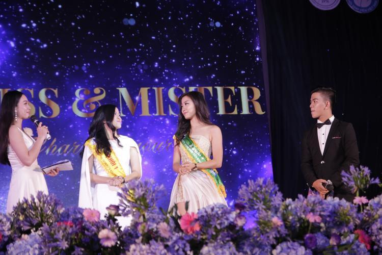 Nguyễn Phương Hoa (bên phải) và Trịnh Thị Bích Phượng (bên trái) gặp gỡ các bạn SV trên sân khấu.