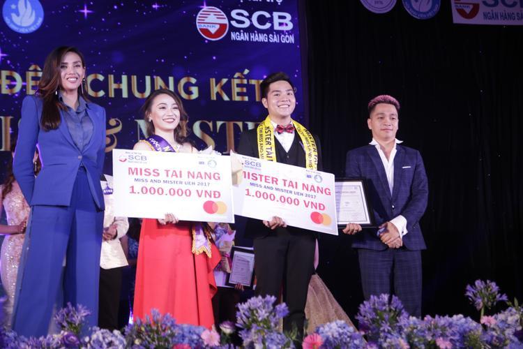 Võ Hoàng Yến và Nguyễn Ngọc Thụy trao giải cho thí sinh tài năng.