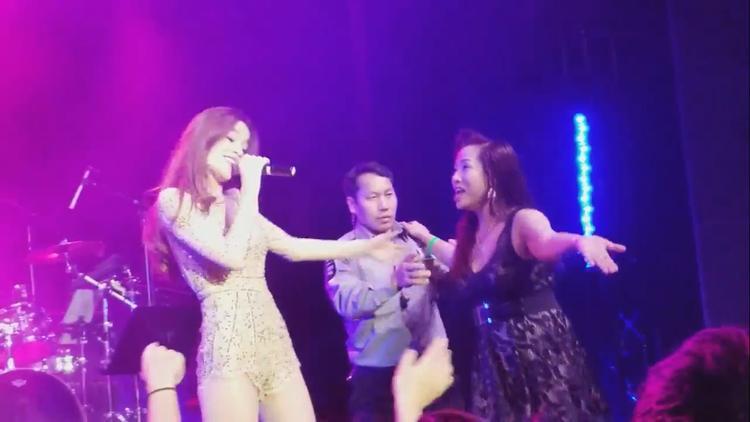 Biểu diễn tại quán bar ở Mỹ, Hồ Ngọc Hà bị nữ fan cuồng cưỡng hôn